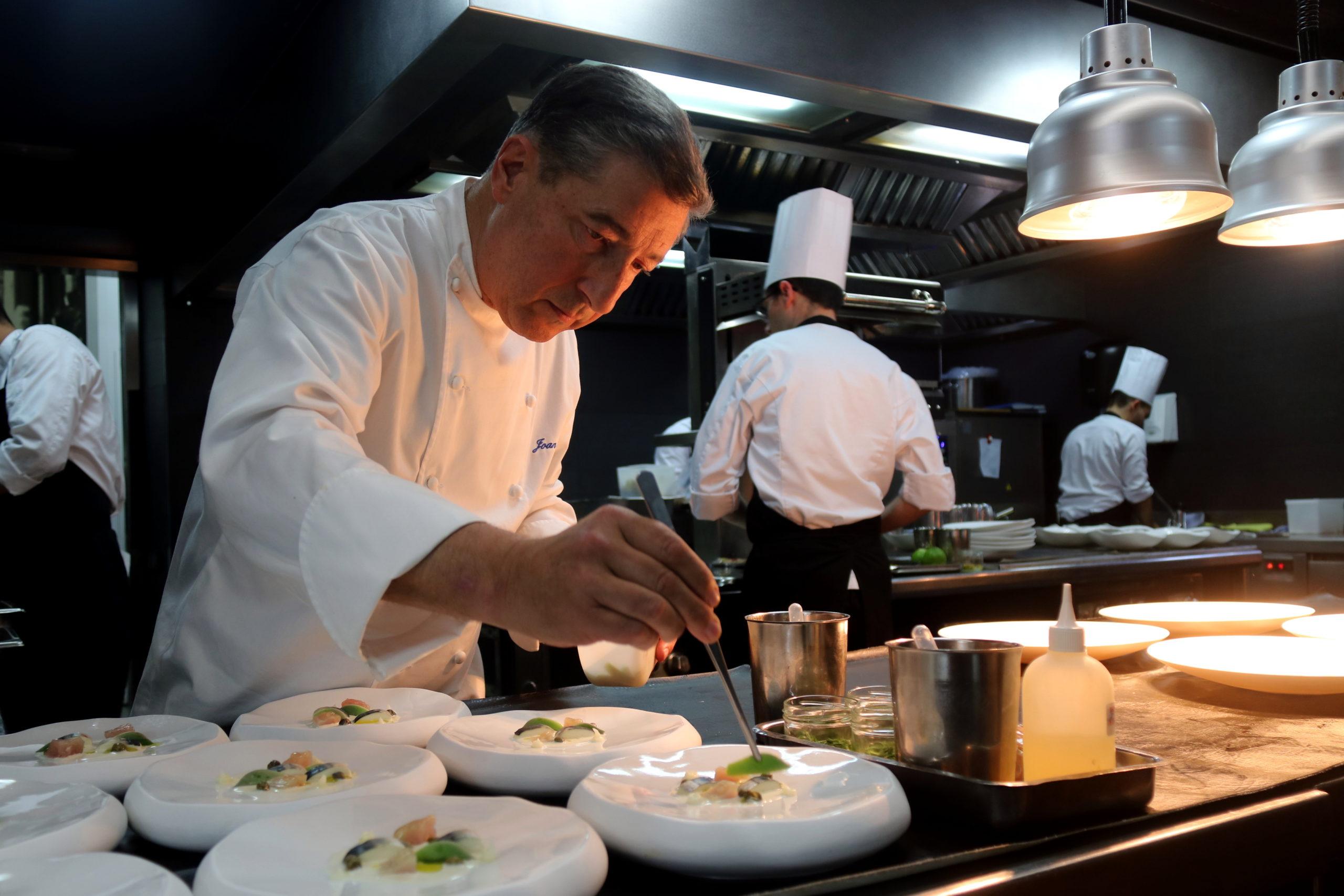 El xef gironí Joan Roca emplatant al restaurant El Celler de Can Roca   ACN