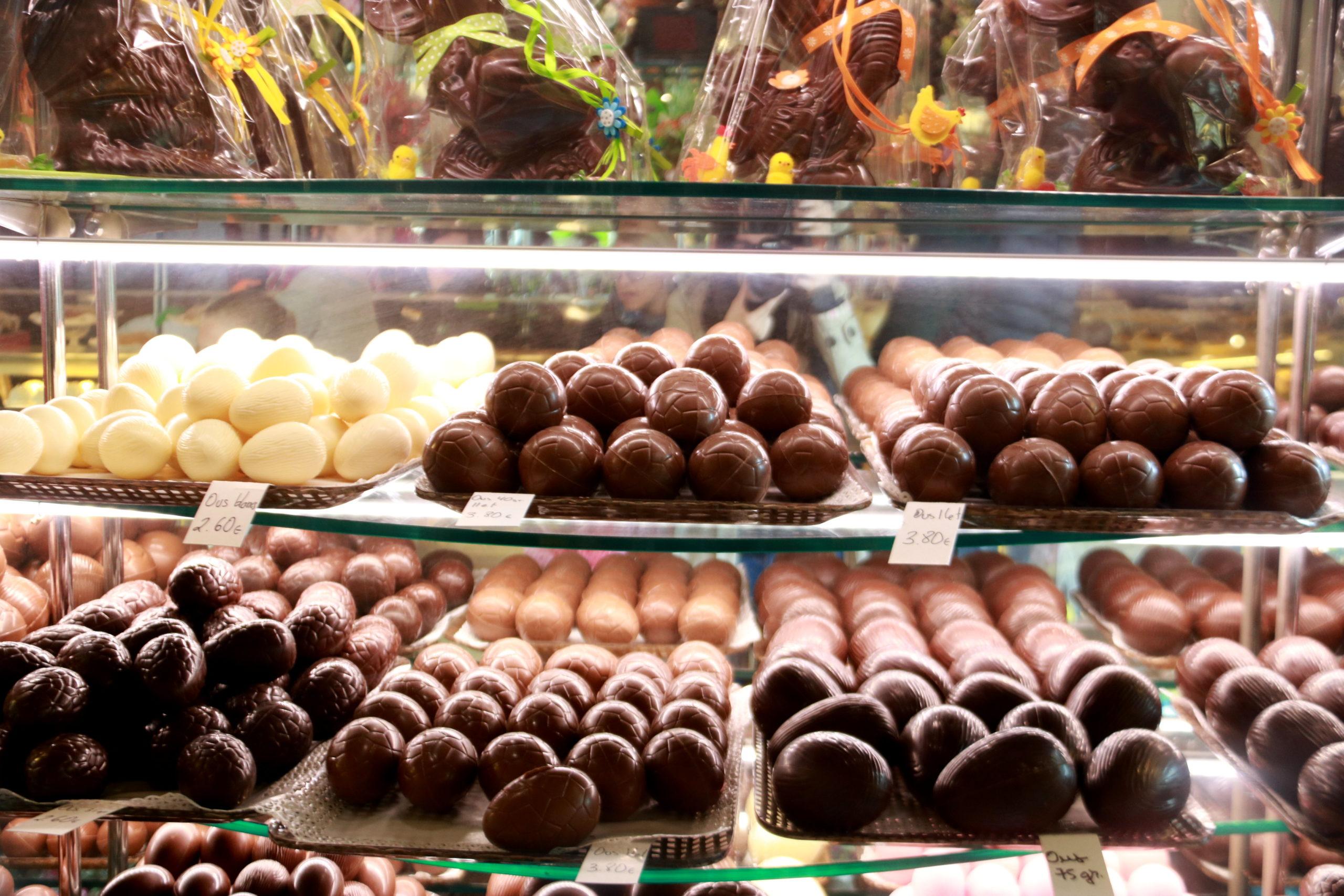 Els prestatges d'una pastisseria de Barcelona plens d'ous de Pasqua | ACN