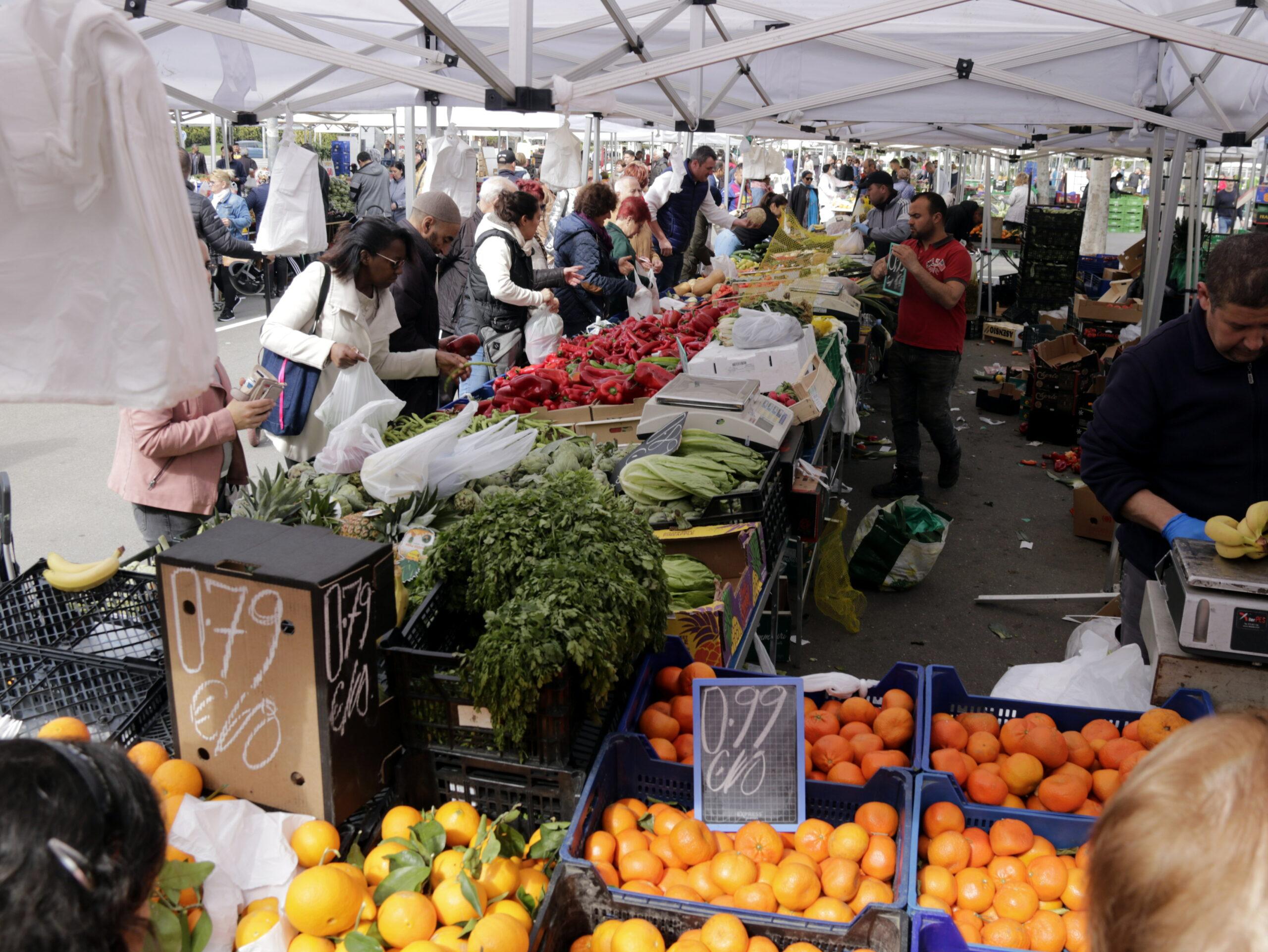Una de les parades d'alimentació plena de clients al mercat dels dissabtes de Lleida   ACN