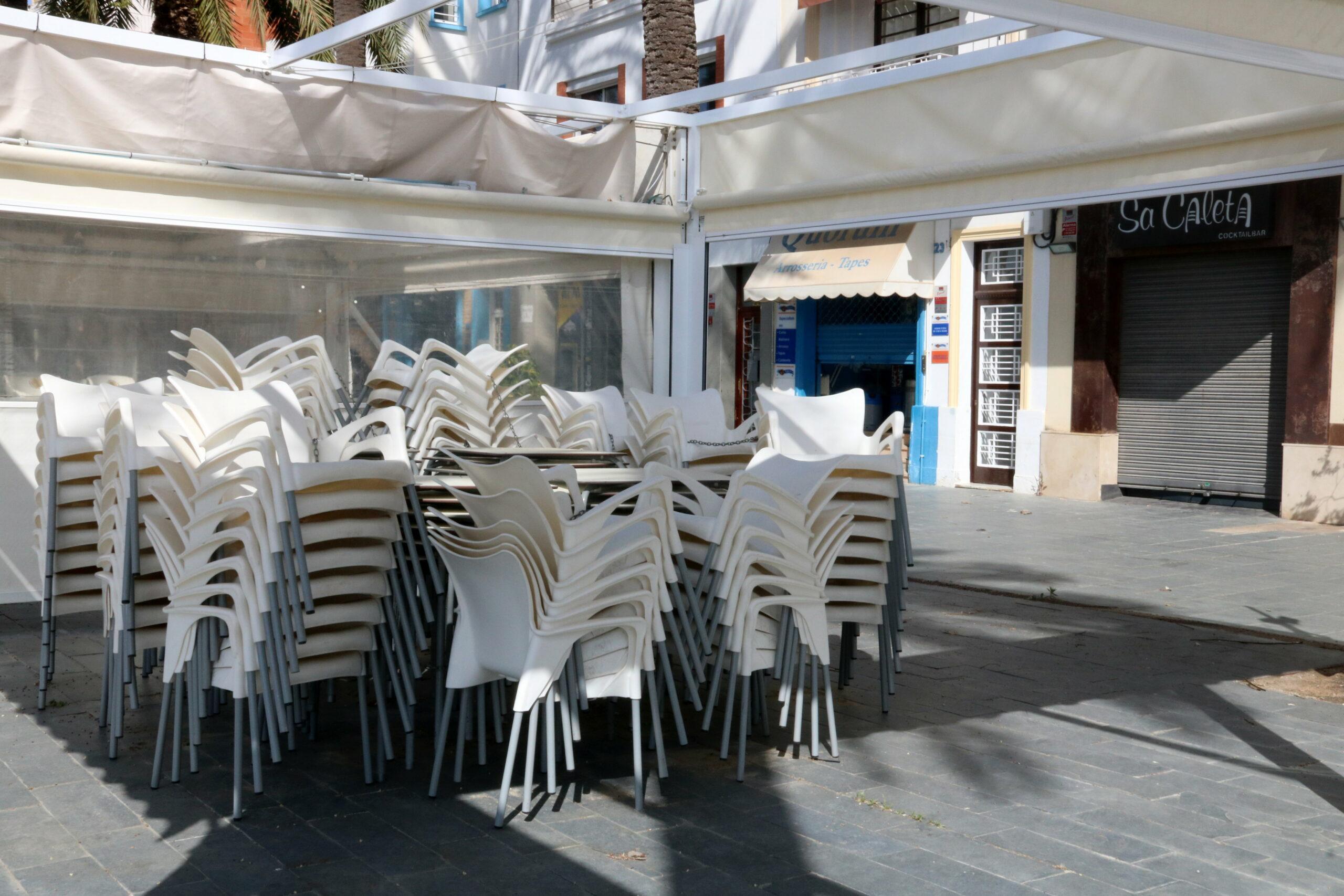 La terrassa d'un bar restaurant de Vilanova i la Geltrú, tancada amb motiu del confinament   ACN