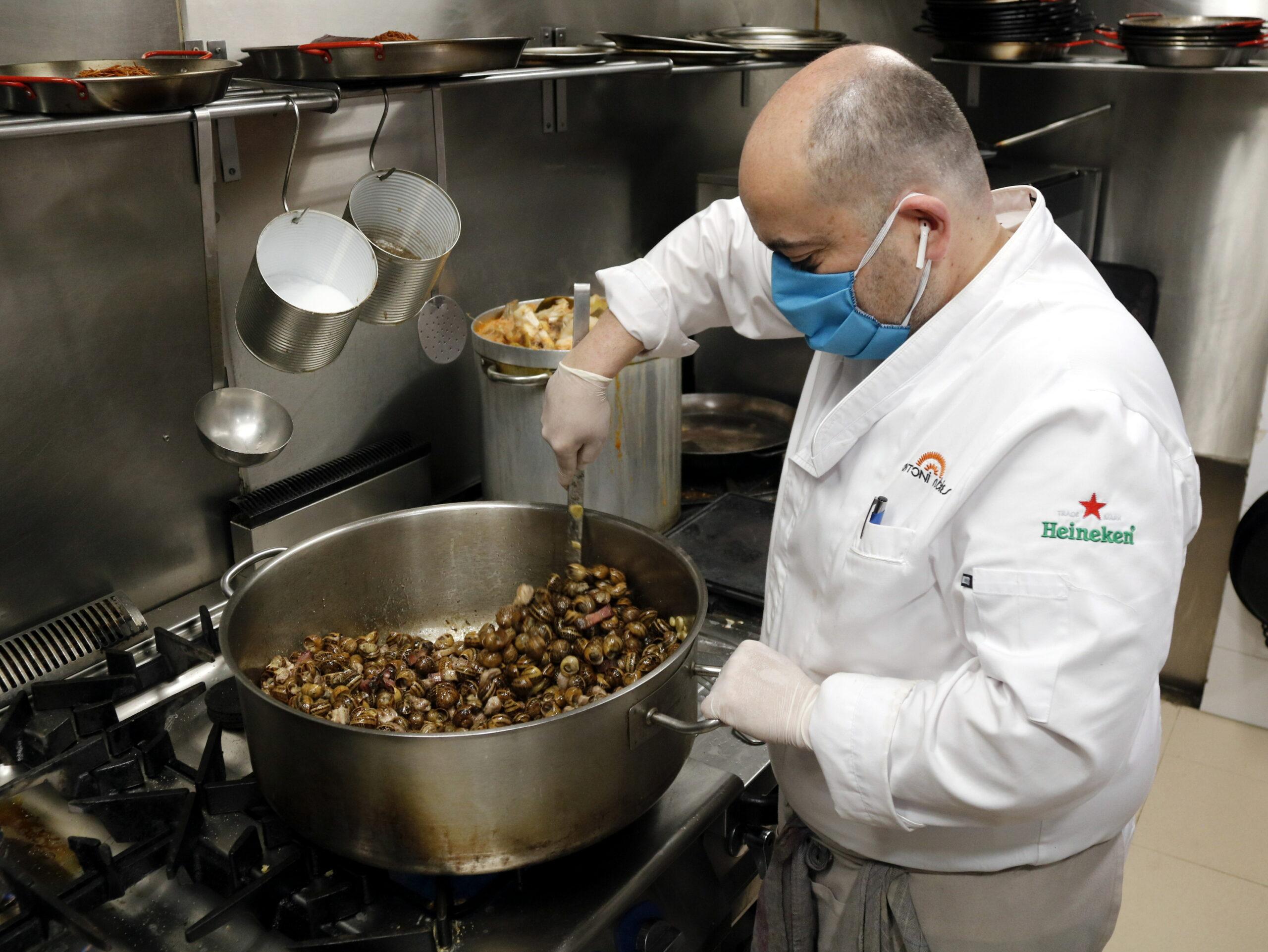 Antoni Rubies, propietari de l'Arrosseria Antoni Rubies, cuinant caragols a la gormanda   ACN