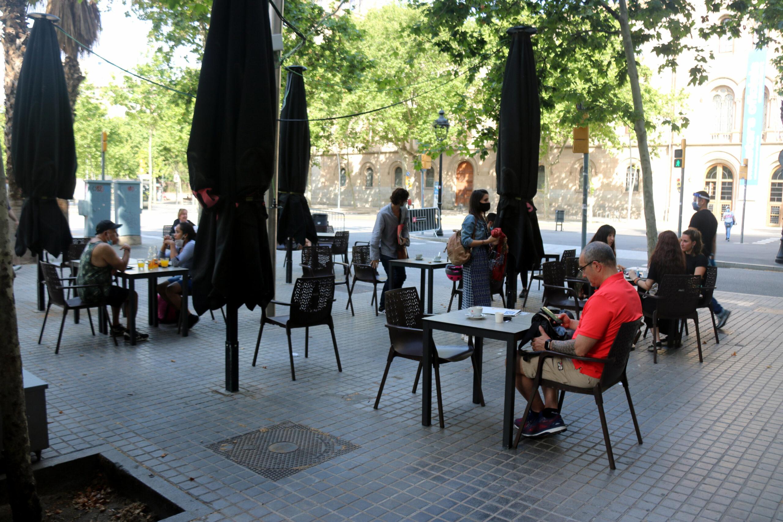 Clients d'una terrassa de la Plaça Universitat de Barcelona   ACN