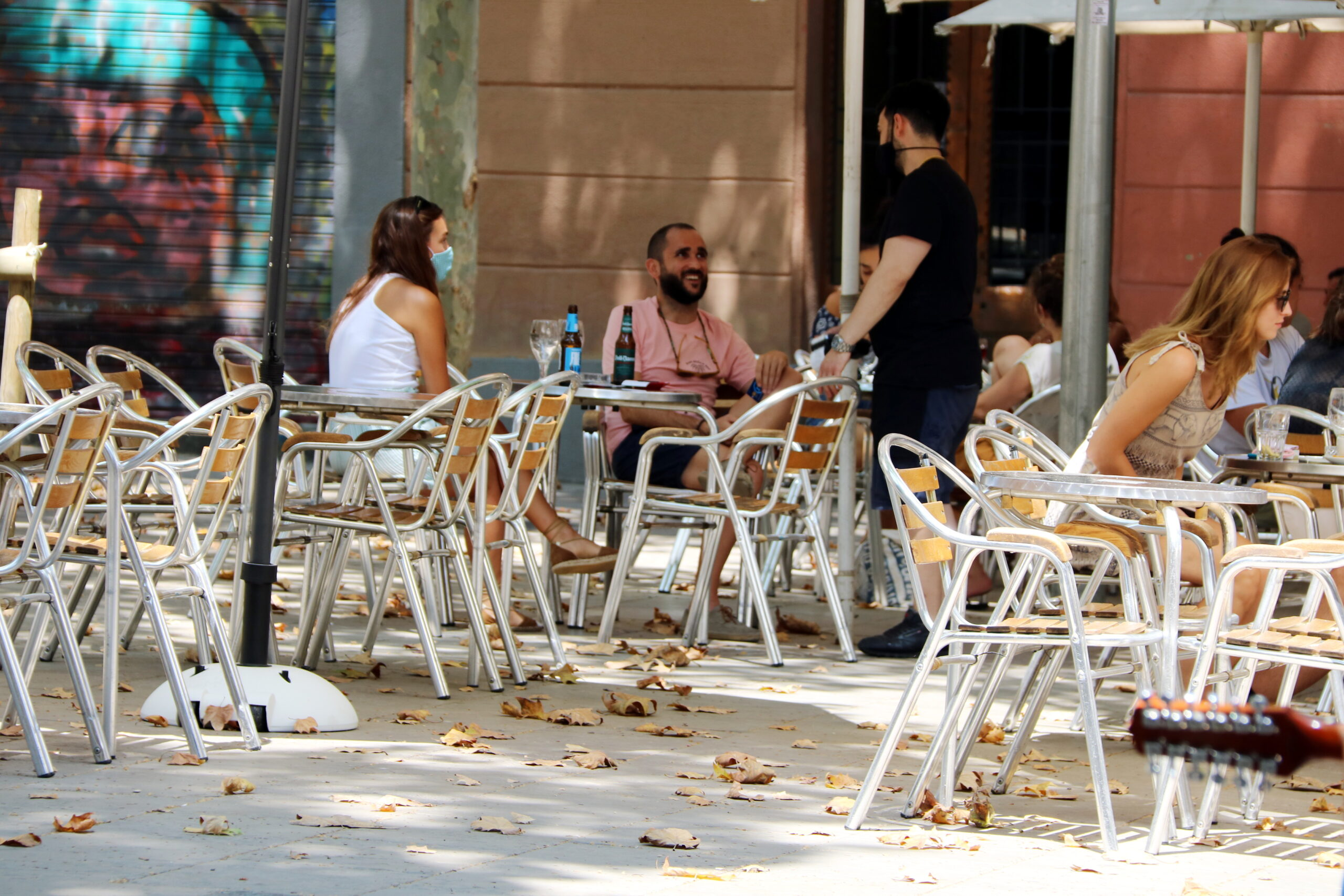 Usuaris en una terrassa de la plaça de la Virreina de Barcelona   ACN