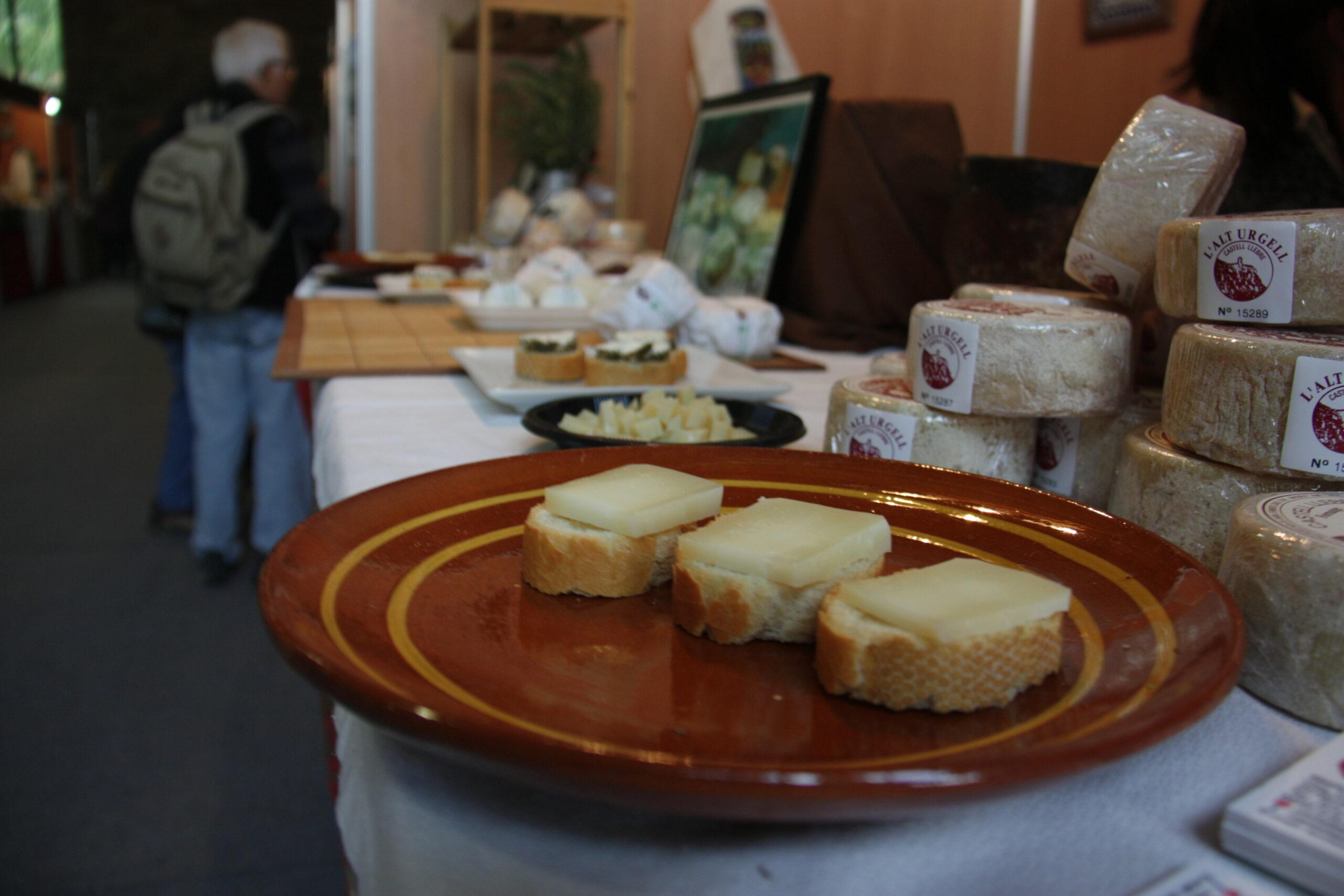 Diverses racions de formatge preparades per a una degustació en un dels expositors de la Fira de Formatges Artesans del Pirineu que acull la Seu d'Urgell, l'any 2018   ACN