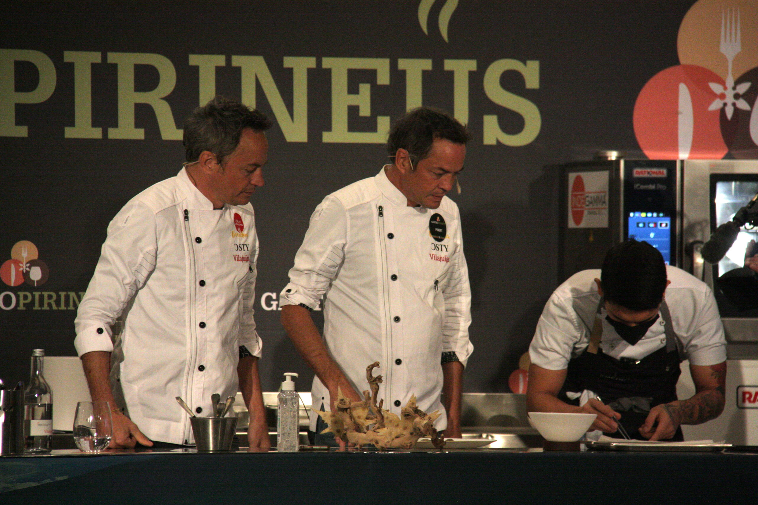 Un instant de la sessió de cuina en directe duta a terme pels Germans Torres en el marc de la cinquena edició de GastroPirineus que té lloc a Puigcerdà | ACN