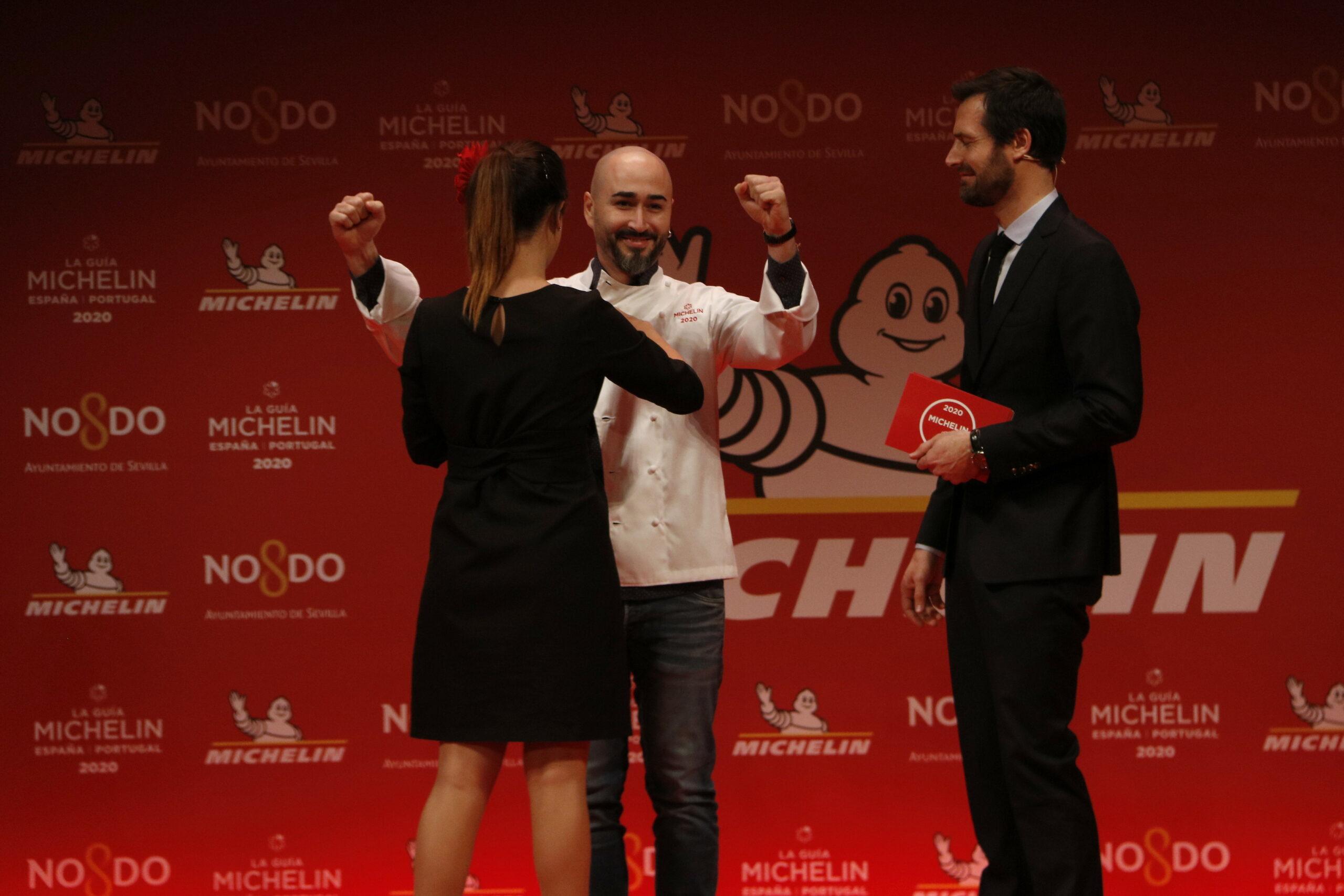 El moment en què Artur Martínez, del restaurant Aürt, rep la seva primera estrella a la gala de les Estrelles Michelin 2019 | ACN