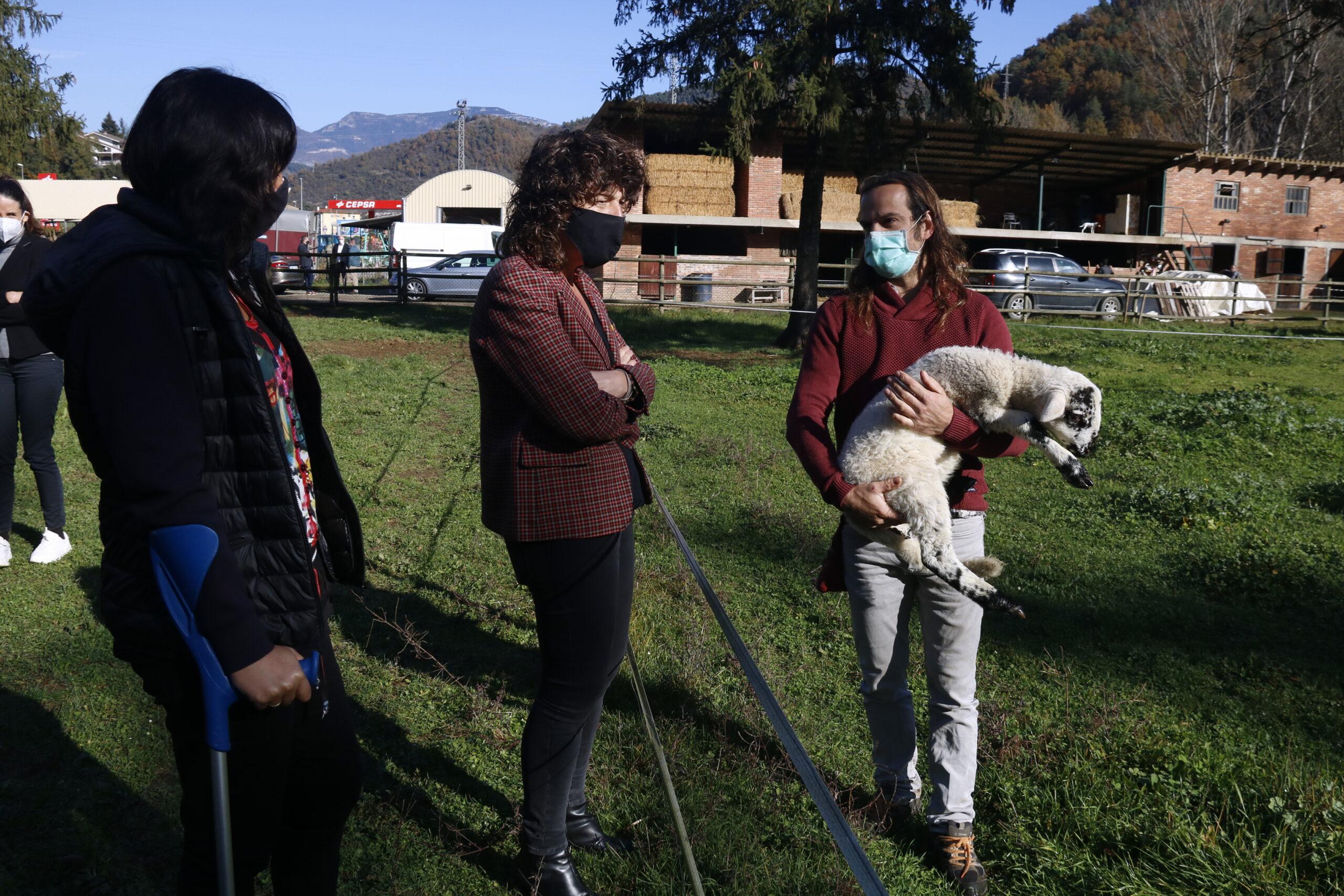Al mig, la consellera Jordà conversant amb un ramader a Ripoll