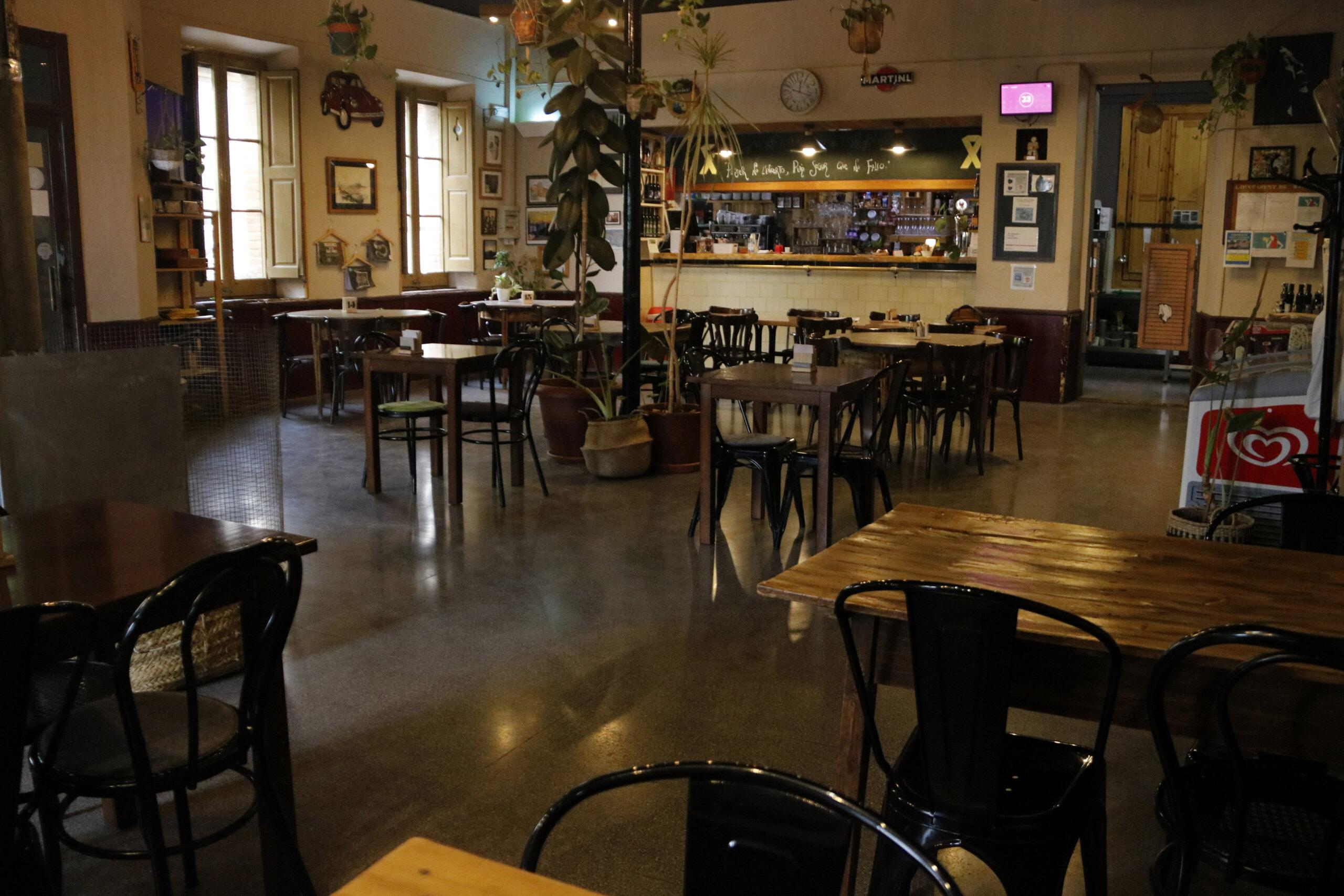 L'interior del Bar Centro de Maldà, sense clients, pel tancament forçat per les restriccions contra la covid-19   ACN
