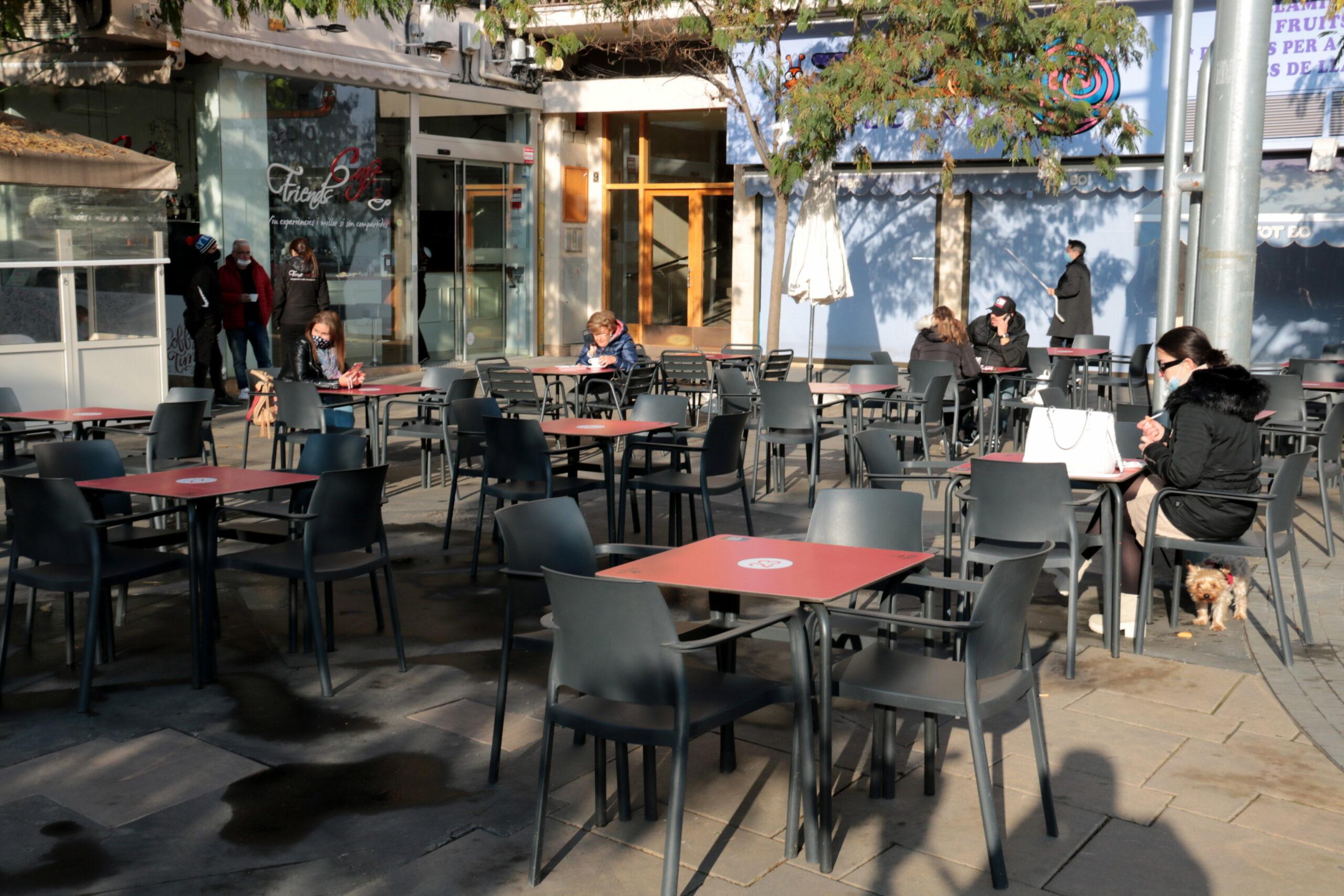 Una terrassa de Lleida amb pocs clients pel fred   ACN