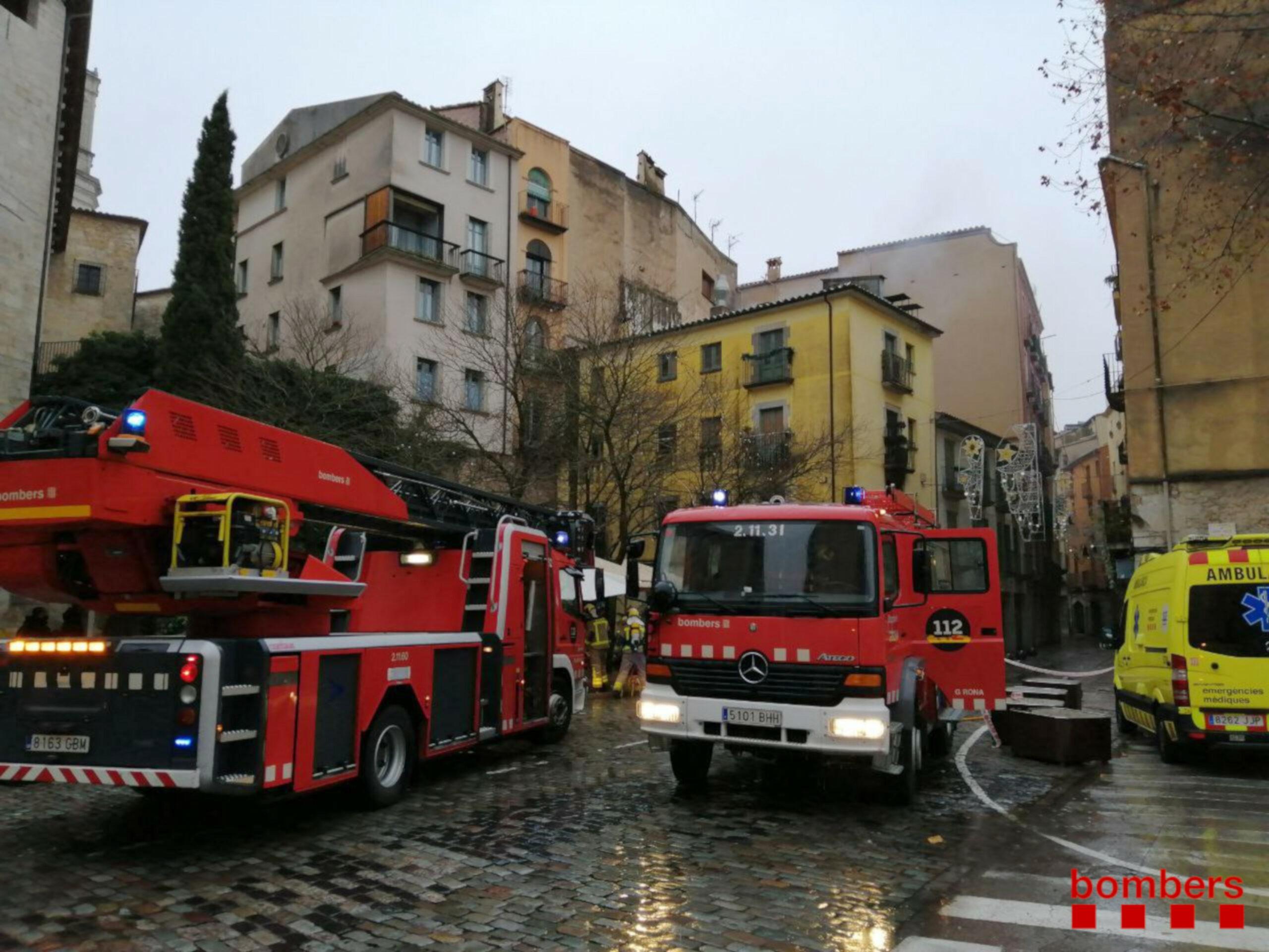 L'incendi amb els Bombers actuant al restaurant de Girona   ACN