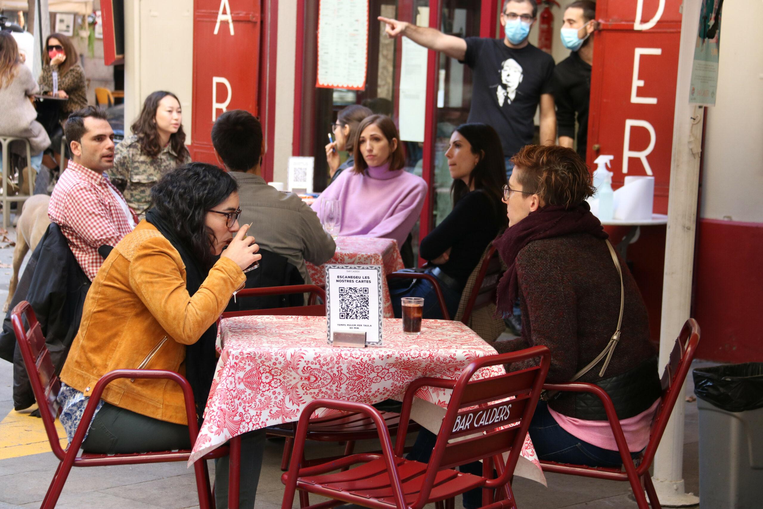 Dues noies fent un vermut a Barcelona   ACN
