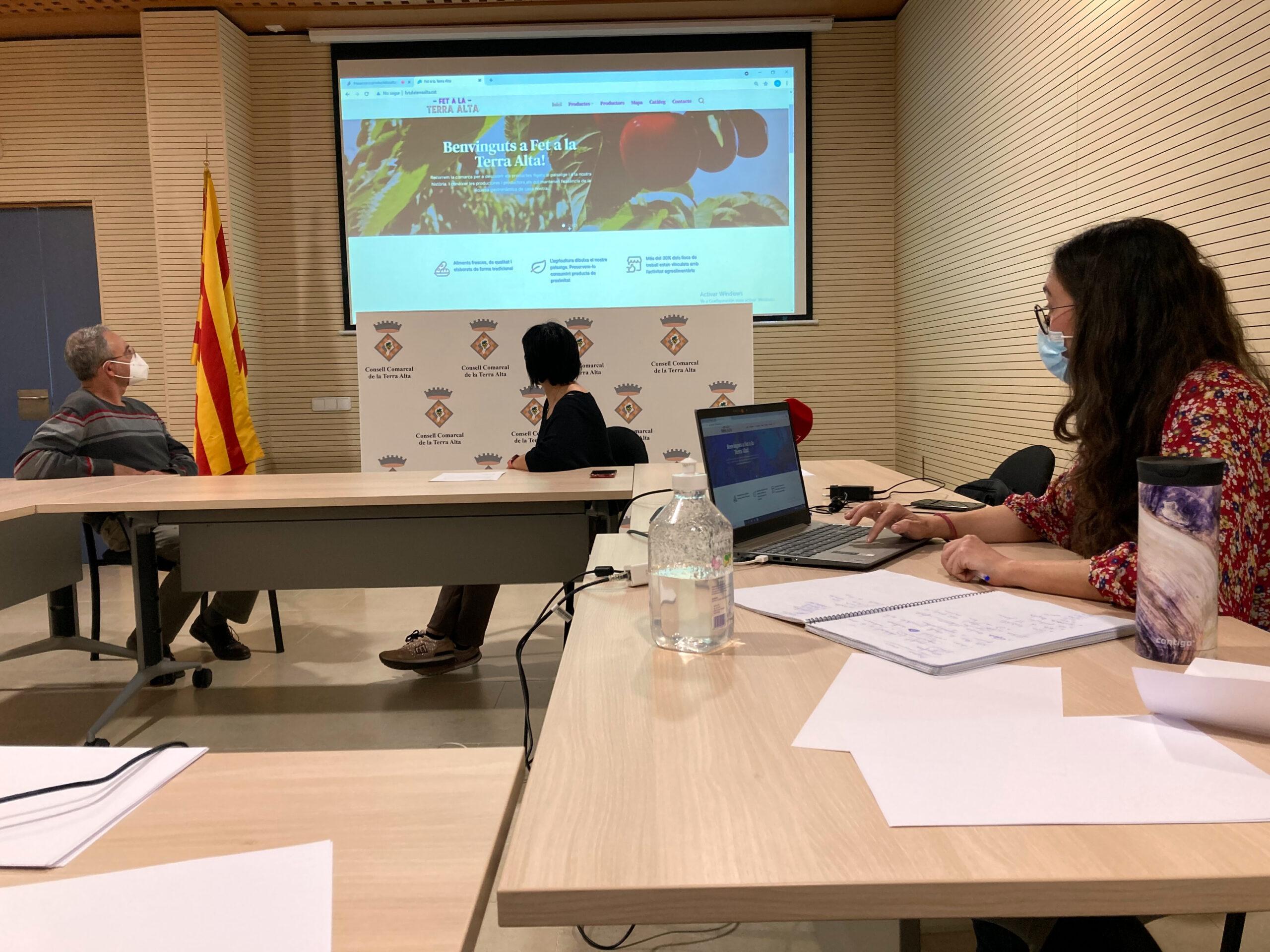 Neus Sanromà, presidenta del Consell Comarcal de la Terra Alta, Xavier Galcerà, conseller comarcal d'Agricultura; i Núria Mulet, tècnica de suport, en la presentació de la nova web | ACN